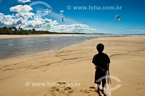 Assunto: Criança assistindo treino de kitesurf na foz do Rio Caraíva  / Local:  Caraíva - Bahia - BA - Brasil  / Data: 07/2008
