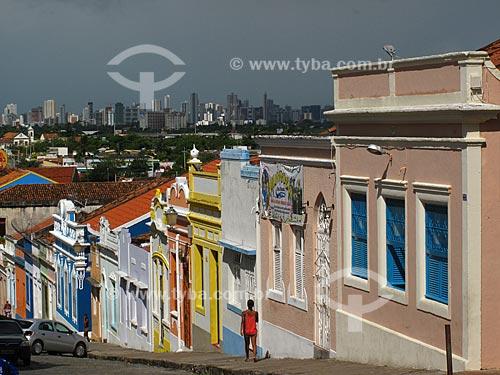 Assunto: Casario colonial  da ladeira da Misericórdia com a cidade de Recife ao fundo / Local: Olinda - Pernambuco - PE - Brasil  / Data: 03/2011