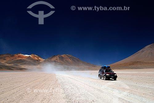 Assunto: Carro atravessando deserto de Siloli  Montanha das sete cores - Caminho para o Salar de Uyuni / Local: Bolívia - América do Sul / Data: 01/2011