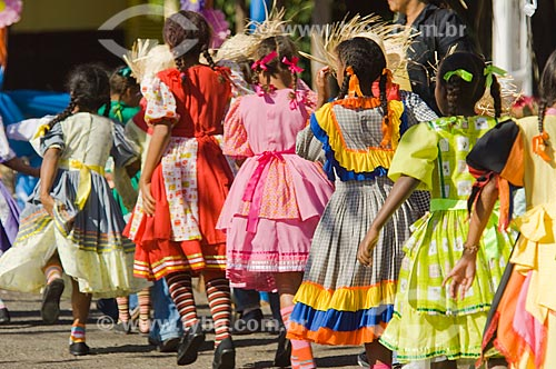 Assunto: Meninas dançando quadrilha / Local: Pirapora  -  Minas Gerais  -  MG  -  Brasil / Data: 05/2006