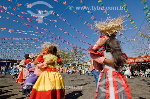 Assunto: Crianças dançando quadrilha / Local: Pirapora  -  Minas Gerais  -  MG  -  Brasil / Data: 07/2006