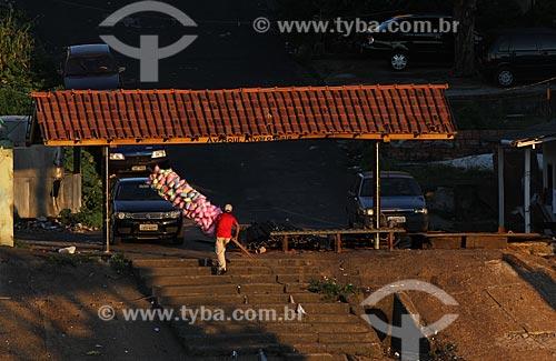 Assunto: Vendedor de algodão doce à margem do Rio Negro  / Local: Educandos - Manaus - Amazônia - AM - Brasil / Data: 03/2011