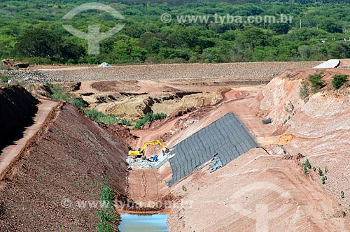 Assunto: Vista áerea de homens trabalhando com auxilio de uma escavadeira - Projeto de Integração do Rio São Francisco com as bacias hidrográficas do Nordeste Setentrional  / Local: Floresta - Pernambuco (PE) - Brasil / Data: 08/2010