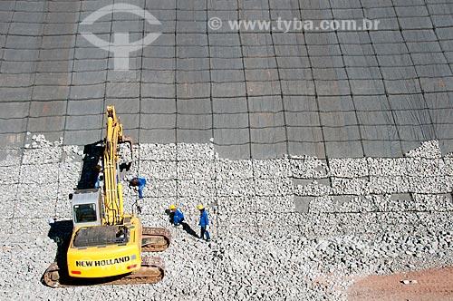 Assunto: Homens trabalhando com auxilio de uma escavadeira - Projeto de Integração do Rio São Francisco com as bacias hidrográficas do Nordeste Setentrional  / Local: Floresta - Pernambuco (PE) - Brasil / Data: 08/2010