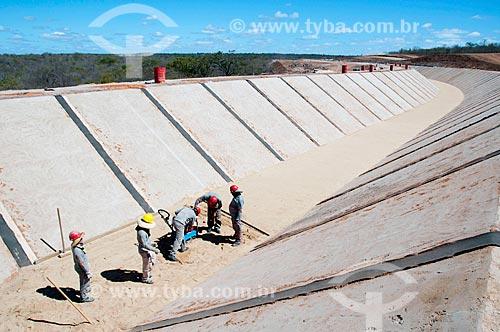Assunto: Homens trabalhando no canal de irrigação - Projeto de Integração do Rio São Francisco com as bacias hidrográficas do Nordeste Setentrional  / Local: Floresta - Pernambuco (PE) - Brasil / Data: 08/2010