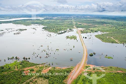 Assunto: Vista áerea da rodovia BR 010 passando sobre aterro no lago formado pela Usina Hidrelétrica de Estreito / Local: Estreito - Maranhão (MA) - Brasil / Data: 21/03/2011