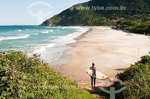 Assunto: Surfista caminhando na Praia da Solidão / Local: Florianópolis - Santa Catarina (SC) - Brasil / Data: 05/04/2011