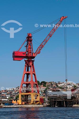 Assunto: Guindaste em estaleiro com barracos de favela em São Gonçalo ao fundo,  parte do Pólo metalúrgico naval de Niterói   / Local:  Rio de Janeiro  -  RJ  -  Brasil  / Data: 02/2011