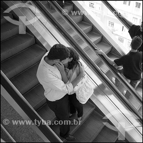 Assunto: Casal se beijando no Botafogo Praia Shopping / Local: Rio de Janeiro (RJ) - Brasil / Data: 03/2011
