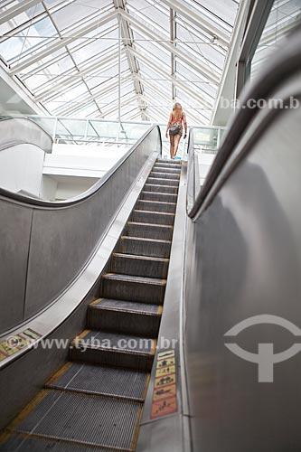 Assunto: Mulher na escada rolante do Madureira Shopping / Local: Madureira - Rio de Janeiro (RJ) - Brasil / Data: 03/2011