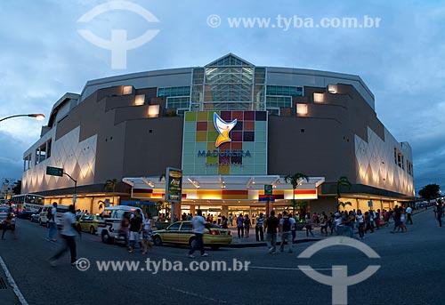 Assunto: Fachada do Madureira Shopping iluminada à noite / Local: Madureira - Rio de Janeiro  (RJ) - Brasil / Data: 03/2011