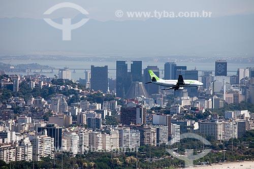 Assunto: Avião sobrevoando cidade do Rio de Janeiro com prédios da Praia do Flamengo e Centro  / Local: Rio de Janeiro - RJ - Brasil / Data: 10/2010