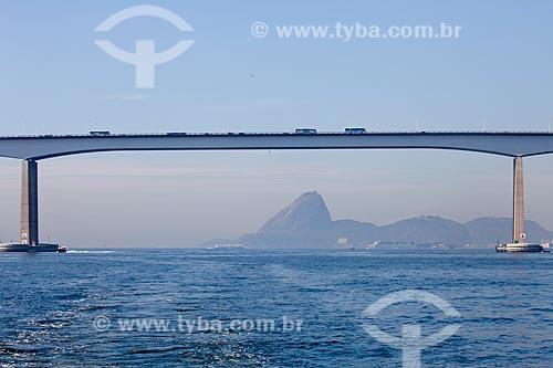 Vista da Ponte Presidente Costa e Silva (Ponte Rio-niterói) com Pão de Açúcar ao fundo  - Niterói - Rio de Janeiro - Brasil