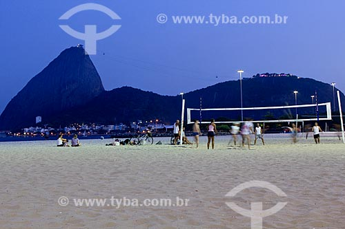 Assunto: Pessoas jogando vôlei na Praia do Flamengo com Pão de Açúcar ao fundo / Local: Rio de Janeiro - RJ - Brasil / Data: 02/2011