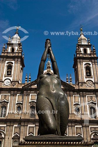 Assunto: Mulher com Ânfora em frente a Igreja de Nossa Senhora da Candelária / Local: Centro - Rio de Janeiro (RJ) - Brasil  / Data: 09/2009