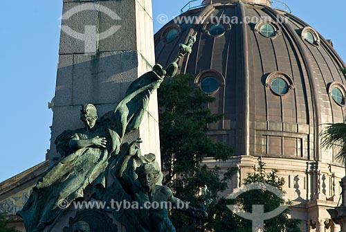 Assunto: Monumento a Júlio de Castilhos e ao fundo detalhe de cúpula da Catedral Metropolitana  / Local: Porto Alegre - Rio Grande do Sul (RS) - Brasil / Data: 03/2008