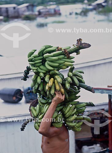 Assunto: Homem carregando bananas  / Local: Cruzeiro do Sul - Acre (AC) - Brasil / Data: 04/2011