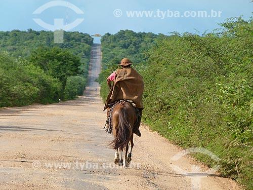 Assunto: Vista de sertanejo cavalgando na estrada / Local: Piauí (PI) - Brasil / Data: 03/2011