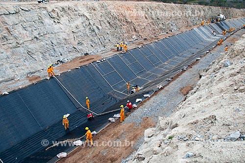 Assunto: Homens trabalhando no canal de irrigação  -  Projeto de Integração do Rio São Francisco com as bacias hidrográficas do Nordeste Setentrional  / Local: Sertânia - Pernambuco (PE) - Brasil / Data: 08/2010