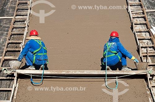 Assunto: Homens trabalhando no canal de irrigação - Projeto de Integração do Rio São Francisco com as bacias hidrográficas do Nordeste Setentrional / Local: Salgueiro - Pernambuco (PE) - Brasil / Data: 08/2010
