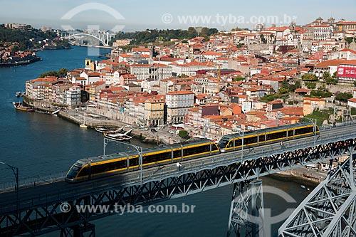 Assunto: Metrô passando pela Ponte Dom Luis sobre o Rio Douro, constituída de 2 Tabuleiros, construída entre 1880 e 1887 / Local: Porto - Portugal - Europa / Data: 10/2010