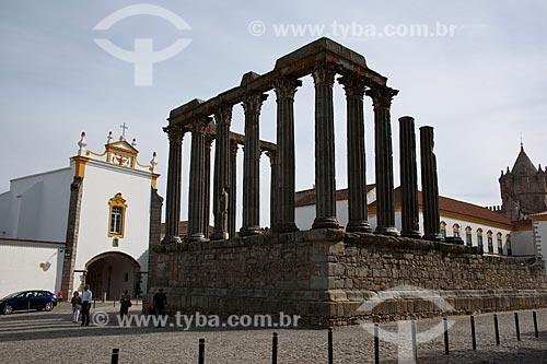 Assunto: Templo de Diana - Templo Romano do século I e Fachada da Igreja do Convento dos Lóios / Local: Évora - Portugal - Europa / Data: 10/2010