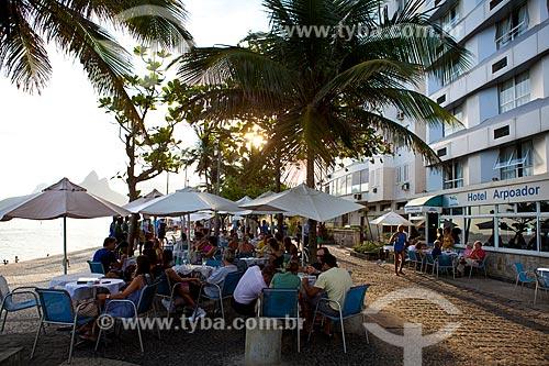 Assunto: Pessoas em mesa de restaurante no calçadão do Arpoador / Local: Ipanema - Rio de Janeiro (RJ) - Brasil / Data: 04/2011