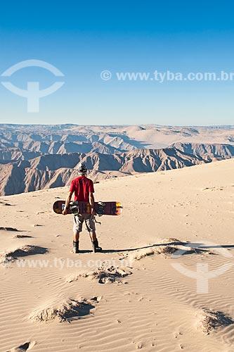 Assunto: Homem jovem olhando a vista do Cerro Blanco, a duna mais alta do mundo / Local: Nasca - Departamento de Ica - Peru - América do Sul / Data: 19/05/2011