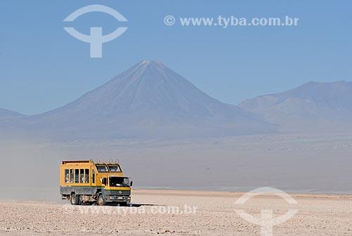 Assunto: Caminhão atravessando o Deserto do Atacama com Vulcão Licancabur ao fundo / Local: Deserto de Atacama - Chile - América do Sul / Data: 01/2011
