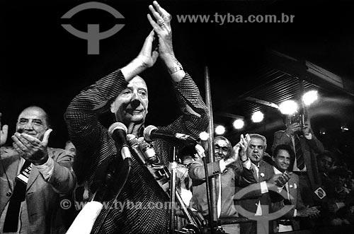 Assunto: Ulysses Guimarães aplaude a multidão  no Comício das Diretas em frente à Igreja Nossa Senhora da Candelária  / Local: Rio de Janeiro (RJ) -  Brasil / Data: 04/1984