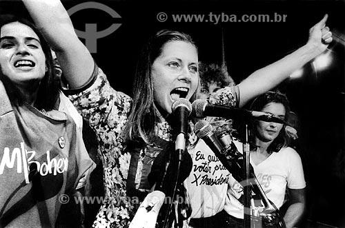 Assunto: Vera Fischer com Lúcia Veríssimo à esquerda no Comício das Diretas em frente a Igreja de Nossa Senhora da Candelária / Local: Rio de Janeiro (RJ) -  Brasil / Data: 04/1984