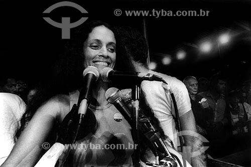 Assunto: Sônia Braga no Comício das Diretas em frente a Igreja de Nossa Senhora da Candelária / Local: Rio de Janeiro (RJ) -  Brasil / Data: 04/1984