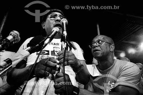 Assunto: Juruna tem o microfone ajustado pelo ator Milton Gonçalves no Comicio das Diretas em frente à Igreja de Nossa Senhora da Candelária / Local: Rio de Janeiro (RJ) -  Brasil / Data: 04/1984