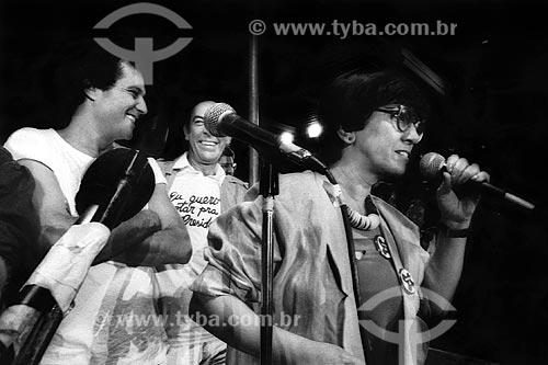 Assunto: Ruth Escobar com Denis Carvalho e Raul Cortez no Comício das Diretas em frente a Igreja de Nossa Senhora da Candelária / Local: Rio de Janeiro (RJ) -  Brasil / Data: 04/1984