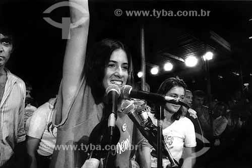 Assunto: Lúcia Veríssimo com Maria Zilda no Comício das Diretas em frente a Igreja de Nossa Senhora da Candelária / Local: Rio de Janeiro (RJ) -  Brasil / Data: 04/1984