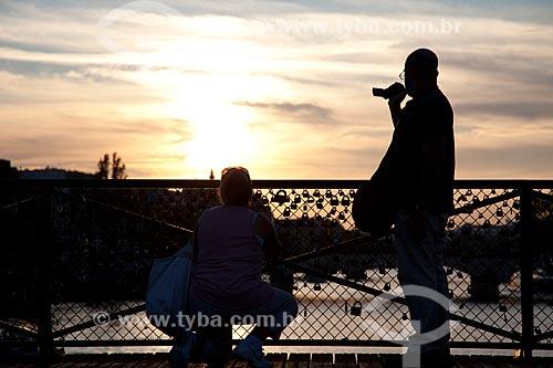 Assunto: Pont des Arts - Os cadeados são colocados pelos casais de turistas que jurando amor eterno jogam a chave no rio e o cadeado fica fechado para sempre / Local: Paris - França - Europa / Data: 08/2011