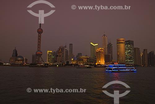 Assunto: Vista noturna do Distrito de Pudong - Destaque para Torre de Televisão Pérola Oriental / Local: Xangai - China - Ásia / Data: 11/2006
