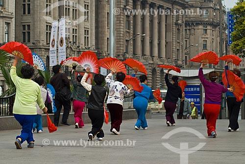 Assunto: Mulheres praticando exercícios de Tai Chi Chuan / Local: Xangai - China - Ásia / Data: 11/2006