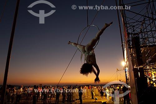Assunto: Trapezista na festa de Réveillon na Usina do Gasômetro / Local: Porto Alegre - Rio Grande do Sul (RS) - Brasil / Data: 12/2006