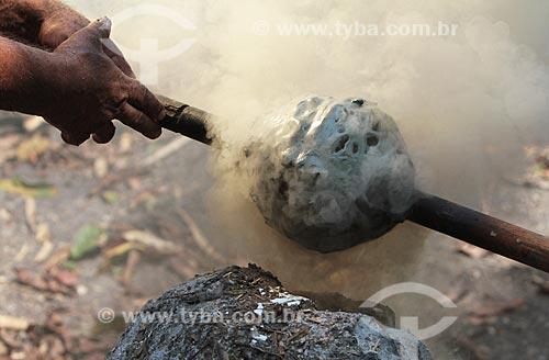 Assunto: Defumação - Processo de transformação do látex em borracha / Local: Amazonas (AM) - Brasil / Data: 09/2011