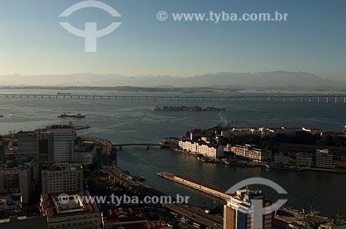 Assunto: Vista aérea da Ilha das Cobras com Ponte Rio-Niterói ao fundo / Local: Centro - Rio de Janeiro (RJ) - Brasil / Data: 08/2011