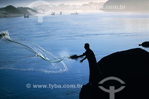 Assunto: Pescador na Praia do Rosa / Local: Imbituba - Santa Catarina (SC) - Brasil / Data: 2002