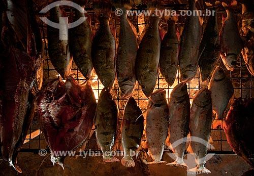 Assunto: Peixe sendo moqueado dentro da oca / Local: Querência - Mato Grosso (MT) - Brasil / Data: 07/2011