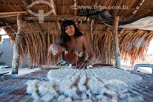Assunto: Índia da etnia Kalapalo fazendo beiju de mandioca / Local: Querência - Mato Grosso (MT) - Brasil / Data: 07/2011