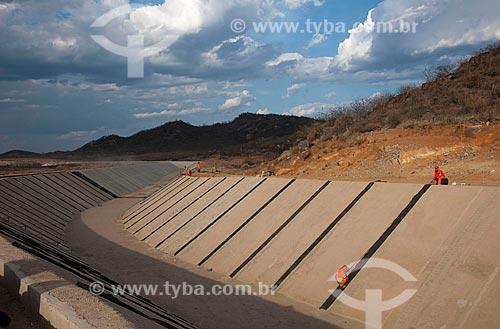 Colocação de emenda para a manta impermeabilizadora que fica sob o concreto do canal - Projeto de Integração do Rio São Francisco com as bacias hidrográficas do Nordeste Setentrional  - Salgueiro - Pernambuco - Brasil