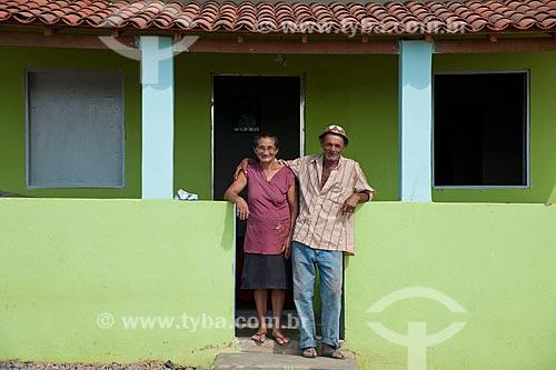 José Francisco da Silva com sua esposa na frente de sua casa nova - Desapropriados para a contrução do Reservatório Cacimba Nova - obra da transposição do Rio São Francisco  - Custódia - Pernambuco - Brasil