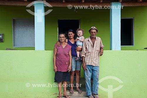 José Francisco da Silva com sua esposa, filha e neto na frente de sua casa nova  - Desapropriados para a contrução do Reservatório Cacimba Nova - obra da transposição do Rio São Francisco  - Custódia - Pernambuco - Brasil