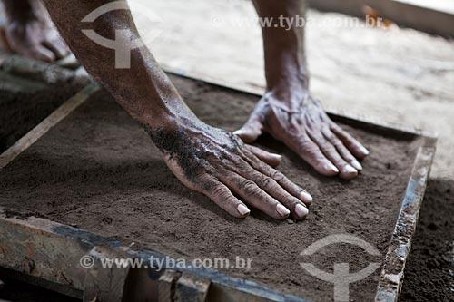 Assunto: Projeto Encauchados Vegetais, mãos preparando a terra para receber alumínio liquido para molde - Reserva Extrativista Cazumbá / Local: Sena Madureira - Acre (AC) - Brasil / Data: 11/2011