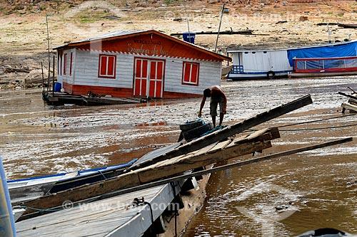Assunto: Homem no pier danificado da Marina do Davi / Local: Manaus - Amazonas (AM) - Brasil / Data: 11/2010
