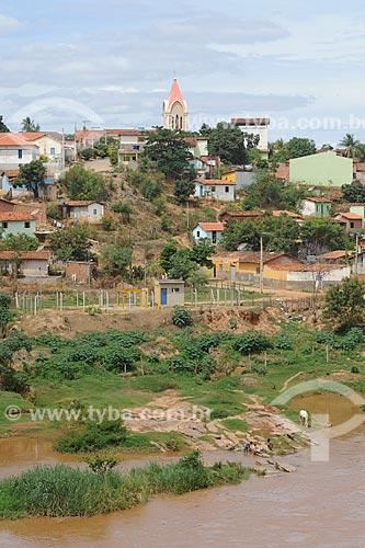 Assunto: Vista do Rio Araçuaí com casas simples ao fundo / Local: Araçuaí - Minas Gerais (MG) - Brasil / Data: 11/2011